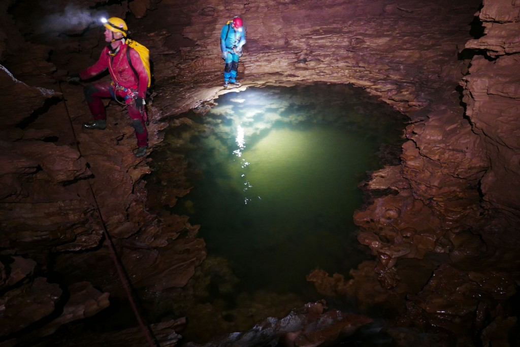 Ciąg wodny w Jaskini Labiryntowej (Wang Jia Cao) - fot. S. Solarczyk