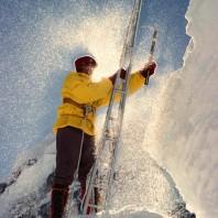 """In Icefall, on the normal route to Mt. Everest & Lhotse. Polish autumn/winter expedition to Lhotse,1974/75.  Jacek Rusiecki """"Dzak"""" w trakcie ubezpieczania lodospadu Icefall - gorna czesc lodowca Khumbu. Drabina """"zdobyczna"""". Grudzien 1974."""