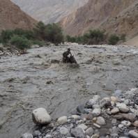 Próba przekroczenia rzeki przez naszego przewodnika (nieudana).