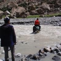 Przeprawa na ośle przez rzekę w Dolinie