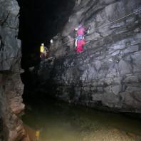 Trawers jeziora w jaskini Mao Er Dong - fot. Michał Ciszewski