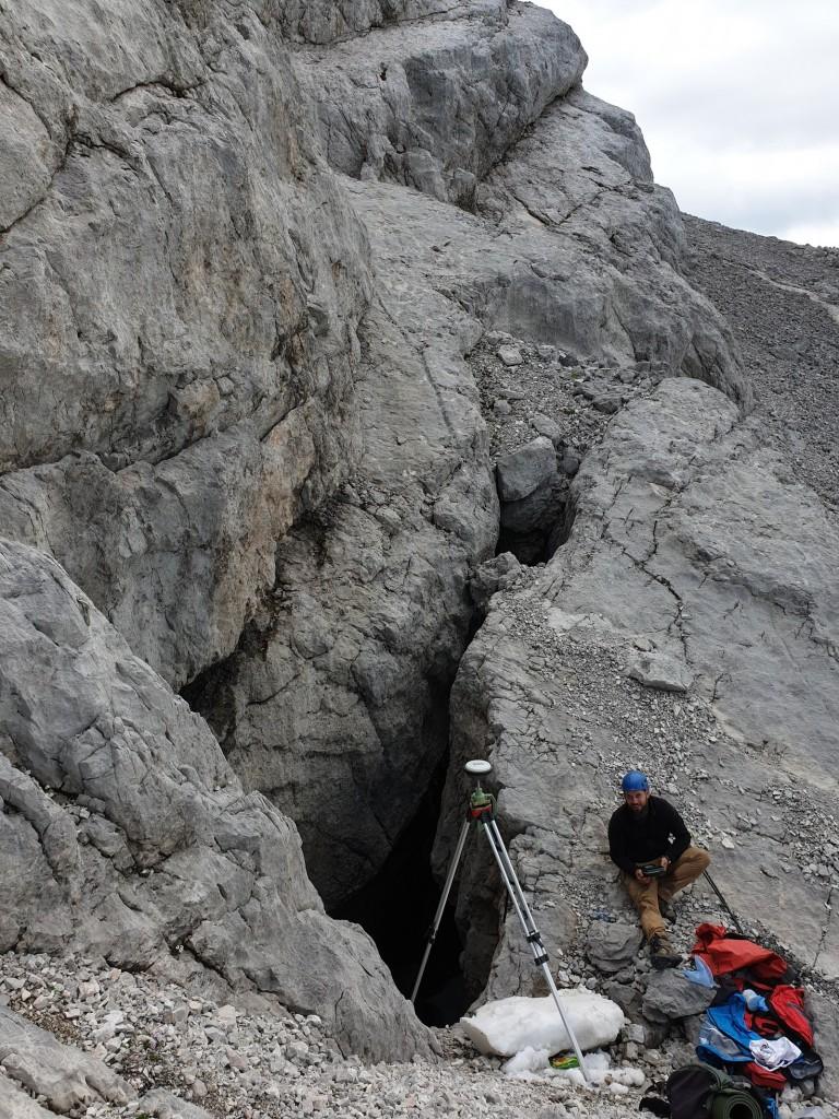 Pomiary geodezyjne w otworze jaskini Furkaschacht - fot. Michał Ciszewski