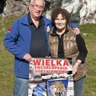 Małgorzata i Jan Kiełkowscy na polanie w Skałkach Rzędkowickich z plakatem promującym Wielką Encyklopedię Gór i Alpinizmu, 2017