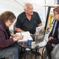 Małgorzata i Jan Kiełkowscy podczas podpisywania swojej książki Annie Okopińskiej, Festiwal Filmów Górskich w Lądku Zdroju, 2018