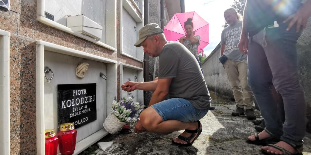 Fot.3 Tradycyjna wizyta na grobie Piotra Kołodzieja