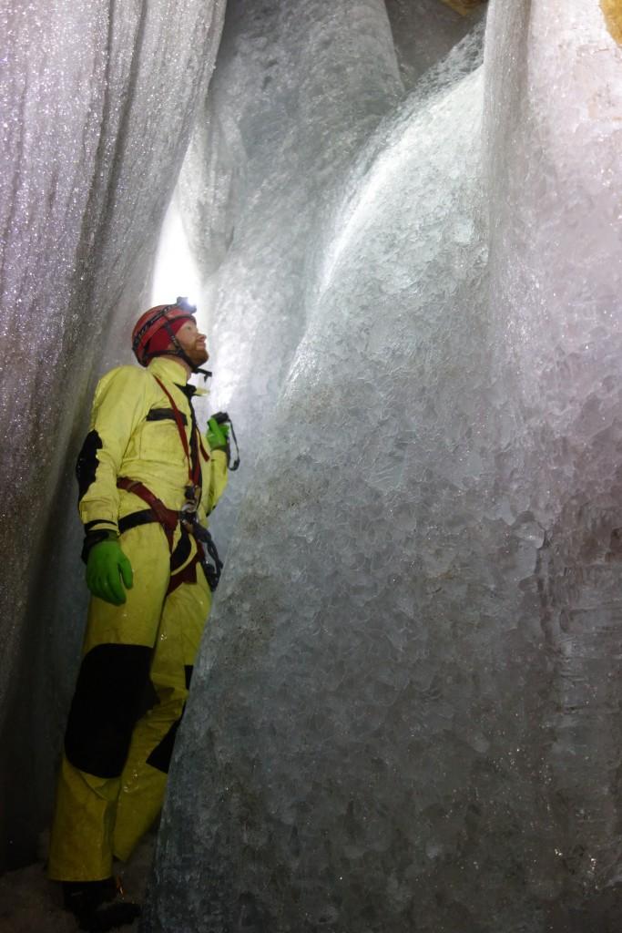 Sprawdzamy miąższość lodu, Jaskinia Good Lood, fot. M. Mucha