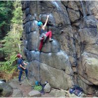 Asekuracja partnera podczas wspinaczki skalnej